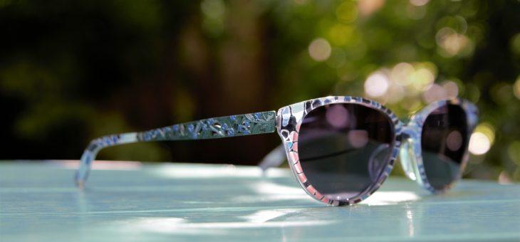 輝くサングラス。